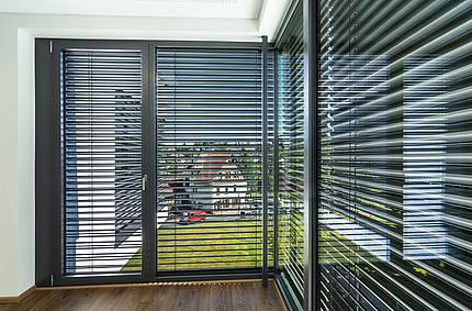 Wenn die Sonne brennt: Angenehme Temperaturen mit modernem Sonnenschutz an Fenstern und Türen